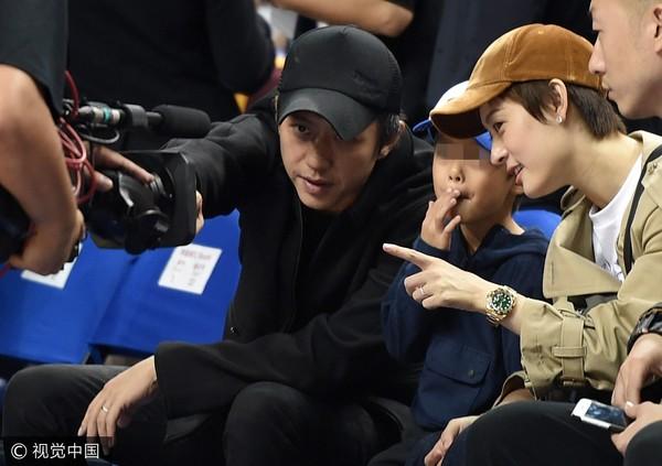 ▲鄧超和孫儷指著攝影機給兒子看。(圖/視覺中國CFP)
