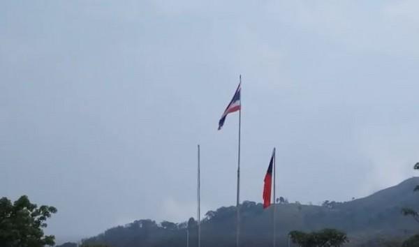 ▼中華民國國旗在清邁緩緩升起。(圖/翻攝自臉書/Chow Tiara)