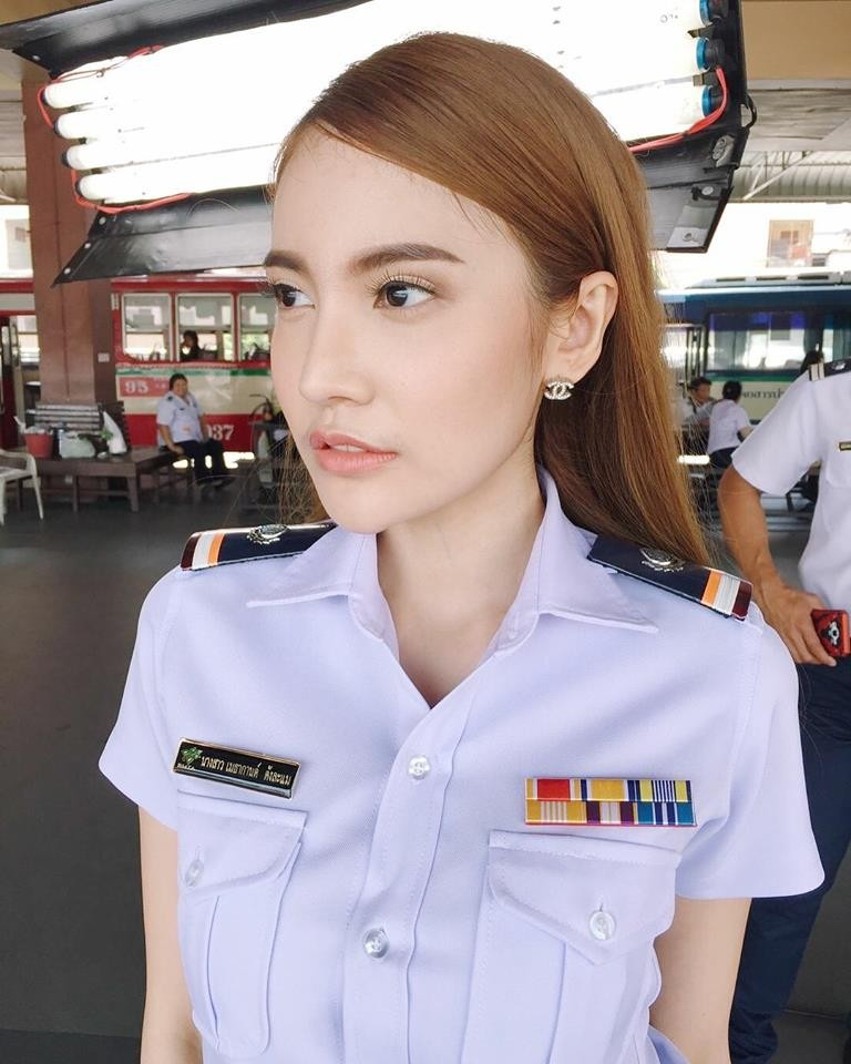 泰國「尖下巴」公車售票員,老司機棄搭捷運朝聖…結果假的(圖/翻攝自FB)