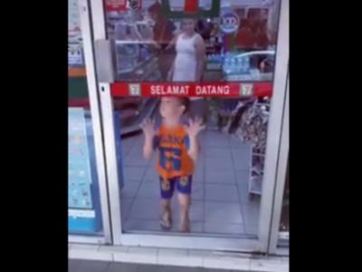 超商門貼「小心玻璃」?小弟伸手一摸..撲空慘摔
