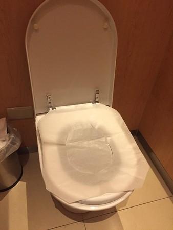 ▲馬桶坐墊紙正確用法。(圖/翻攝自爆廢公社)