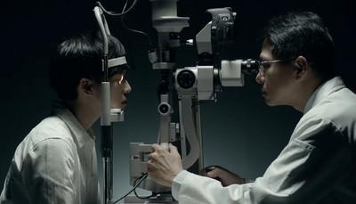 22歲女睡前愛滑手機 如今眼科醫生判了她眼睛「無期徒刑」