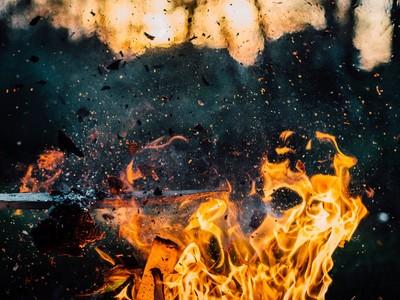 火燒的心痛!私房錢藏太好,被家人拿來當柴燒