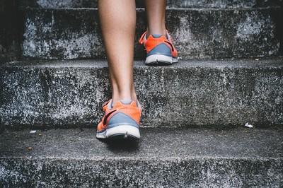 靠小凳就能增加運動量!圖解長輩也能做的「階梯踏板」