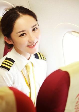 ▲▼重慶民航首位女飛行員,被網友選為最美飛行員的趙楠。(圖/翻攝自微博)