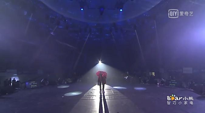 ▲▼張藝興90度鞠躬1分半鐘! 背景歌放EXO《約定》惹哭粉絲。(圖/翻攝自愛奇異微博)