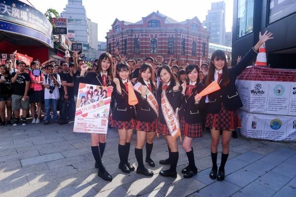 ▲AKB48台灣研究生西門町宣傳活動,(左起)林倢、張羽翎、陳詩雅、陳詩媛、邱品涵、國興瑀。(圖/TPE48 Entertainment提供)