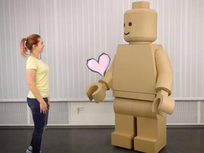 「樂高人」跑到現實世界啦!紙箱切出巨大機器人 還會揮手手