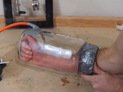 多一秒皮肉就脹裂!網紅手伸真空罐25秒,玩命實驗毀右手