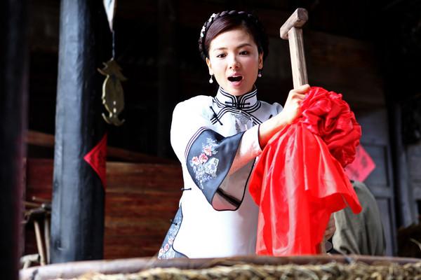 ▲劉濤《花火花紅》飾演釀酒女。(圖/年代提供)