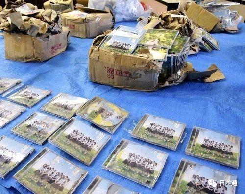 ▲在福岡縣太宰市山區發現的11箱、585張AKB48的CD。(圖/翻攝自網路)