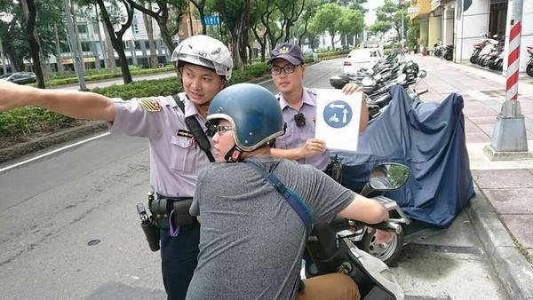 高雄市警方取締高雄式左轉。(圖/高雄市警局交通警察大隊)