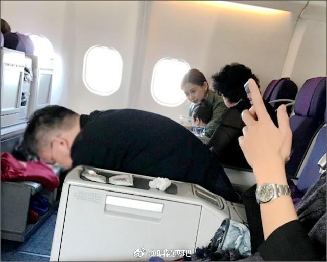 ▲▼飛機上偶遇Angelababy! 網友曝「小海綿見誰都笑」。(圖/翻攝自明颖恋吧微博)