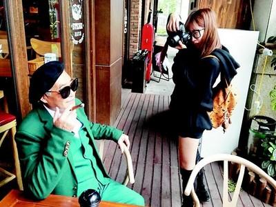 人生沒有幾張照片..孫女為他拍文青紳士照,現在爺爺比她還紅
