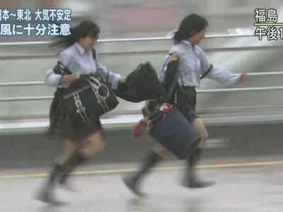 吹陣風也要拍女高中生 日本天氣節目狂拍「露內褲畫面」