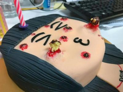 可以擠「痘痘蛋糕」一碰狂噴黃膿 史詩級粉刺爆發還能吃