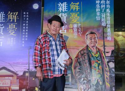 台灣僅存手繪海報職人 人物配上傳統復古文字 誓言畫到看不見為止