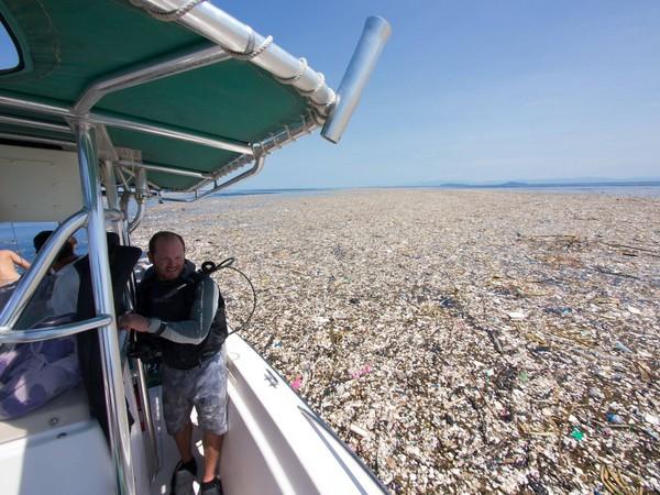 ▲ 大量塑膠垃圾漂浮在加勒比海海域上,潛水員也難以下水。(圖/翻攝自Caroline Power Photography粉絲專頁)