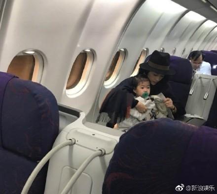 ▲網友在飛機上巧遇章子怡。(圖/翻攝章子怡、《新浪娛樂》微博)