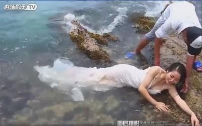 我要被沖走了!「假掰婚紗照」幕後直擊,影片上線2週嚇歪1億人