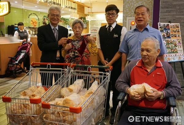 ▲台南市南紡購物中心,歡慶重陽節,也為台南仁愛之家的2名長者圓夢。(圖/南紡提供)