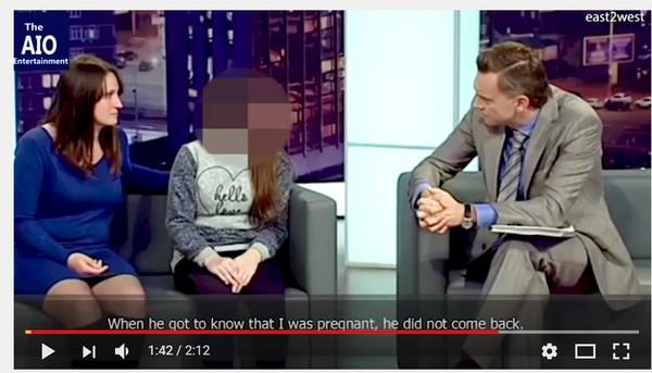 烏克蘭12歲小媽媽,被母親逼著得帶剛出生的女兒上節目找生父。(圖/翻攝自The AIO Entertainment的YouTube)