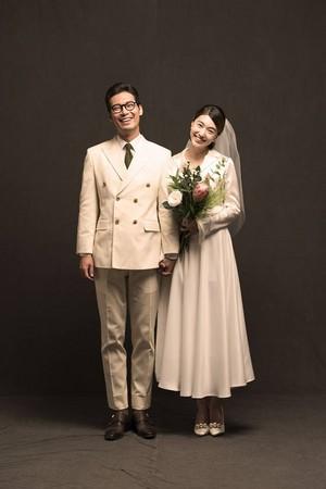 ▲▼《太陽的後裔》崔中士朴勛22日大婚。(圖/翻攝自Min Jung Park臉書)