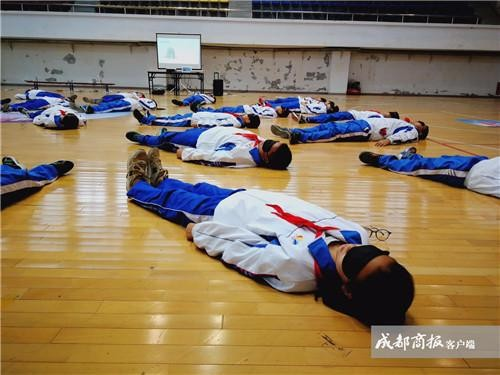 ▲學校上「死亡體驗課」 54名學生躺屍20分「復活後爆哭」。(圖/成都商報)