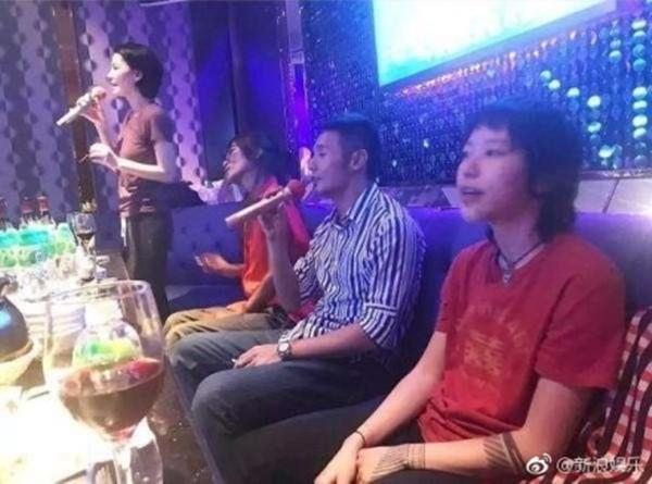 ▲▼李榮浩、王菲KTV合唱,竇靖童表情亮了。(圖/翻攝《新浪娛樂》微博)