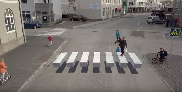 ▲冰島小鎮和印度取經,在國內首創3D斑馬線。(圖/取自 Youtube/Gústi Productions)