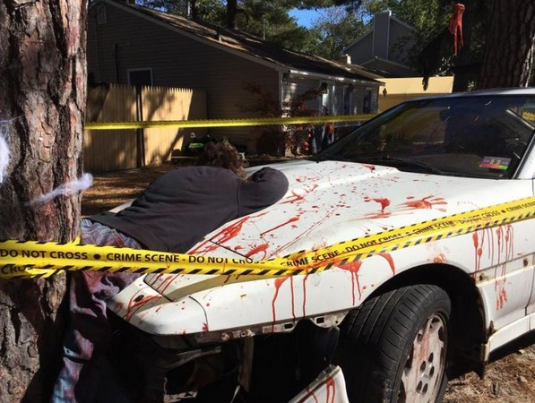 ▲▼ 美國夫婦的萬聖節裝飾宛如車禍現場,鄰居嚇到報警。(圖/翻攝自臉書/Nora Muchanic)