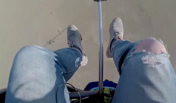 ▲▼歷險公司老闆摩根(Tom Morgan)利用逾百個氦氣球「沖天」,橫越南非25公里,過程完全是在玩命! (圖/TheJewishSongs youtube)