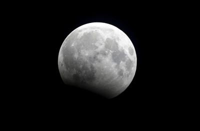 最浪漫求婚!月球掏鑽戒一趟44億