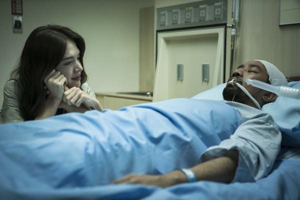 ▲黃健瑋《麻醉風暴2》死亡,楊惟愉(許瑋甯飾)試圖喚醒昏迷   。(圖/公視提供)