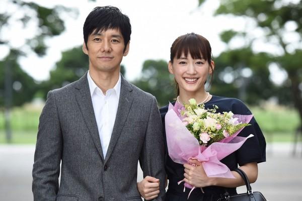 ▲綾瀨遙和西島秀俊劇中關係吊足觀眾胃口,被形容日版《史密斯夫婦》。(圖/翻攝自NTV直播)