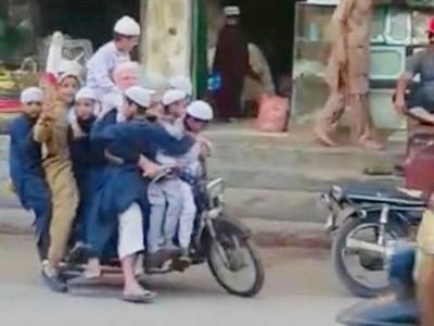 「1大人+10個小孩」共乘一輛摩托車!巴國騎士習慣這樣騎