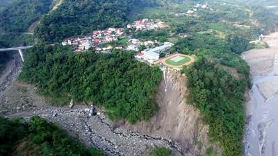 導演空拍 驚見部落小學緊貼坍塌山崖