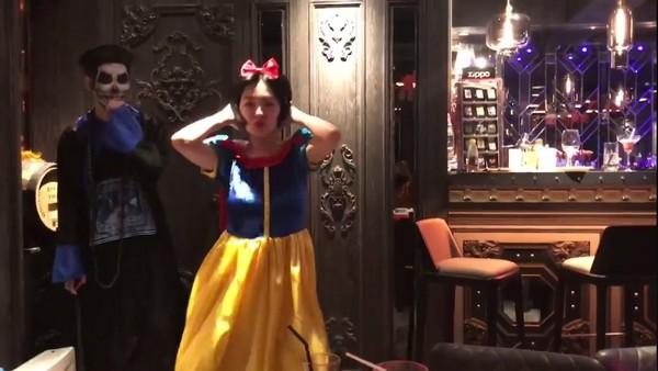 ▲▼小S穿白雪公主裝跳熱舞。(圖/翻攝自小S臉書)