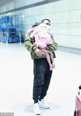 ▲▼劉畊宏29日抱著小泡芙現身北京機場。(圖/CFP)