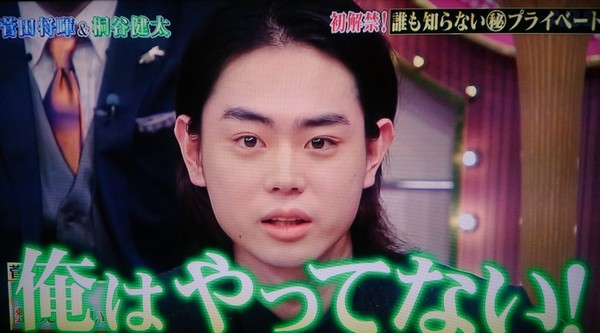 ▲菅田將暉對著鏡頭直喊「我沒做過(整型)。」(圖/翻攝自推特)