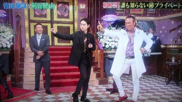 ▲菅田將暉和醫生一起擺POSE「我沒整!」(圖/翻攝自推特)