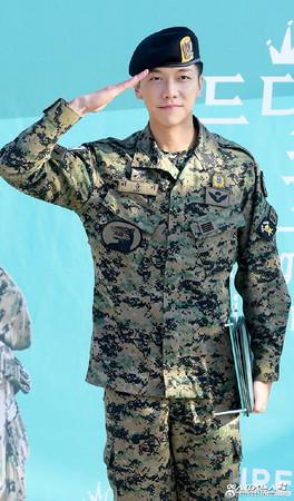 ▲▼李昇基31日退伍,結束為期1年9個月的兵役。(圖/翻攝自韩国me2day微博)