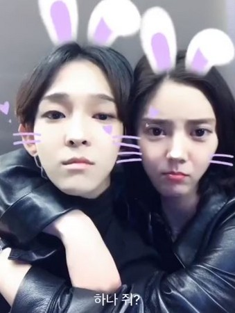 ▲南太鉉與孫淡妃超親密玩對嘴。(圖/翻攝自YouTube)