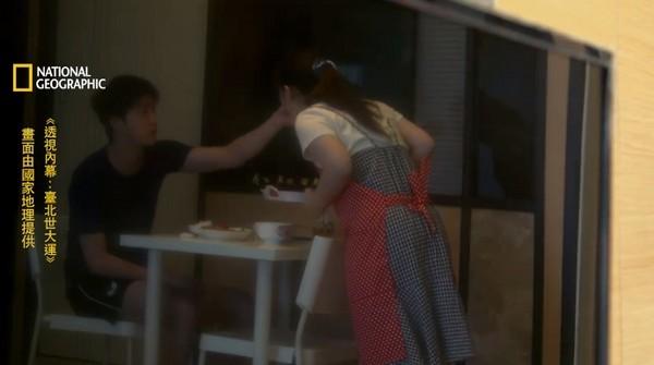▲電視機螢幕反射,映出江宏傑餵福原愛吃咖哩飯。(圖/翻攝自臉書)