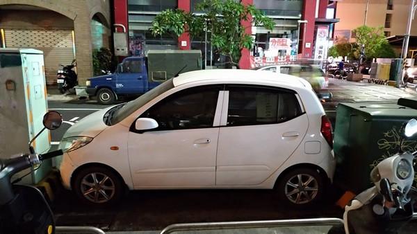 ▲▼ 白色車輛剛好卡進2座變電箱中間。(圖/翻攝自《爆料公社》)