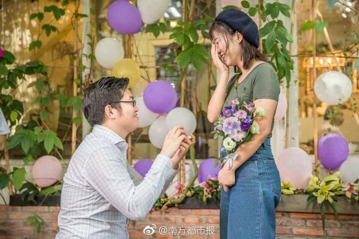 工程師25支iPhone X求婚...「女友感動落淚」(圖/翻攝《南方都市報》微博)