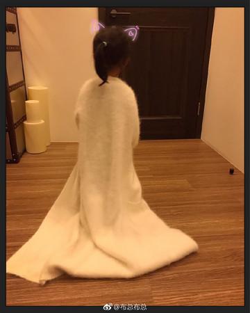▲歐弟女兒翻出媽媽長外套,一穿上就不想脫。(圖/翻攝歐弟、鄭云燦微博)