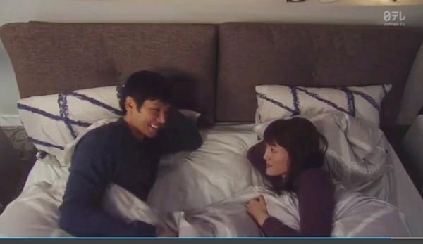 ▲綾瀨遙回家,和西島秀俊床上和好。(圖/翻攝自NTV直播)
