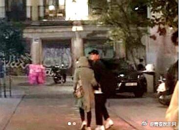 ▲▼宋慧喬蜜月「依偎宋仲基逛街」(圖/翻攝自青春娛樂網微博)
