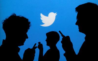 手持爭議海報 推特:非公司和執行長立場